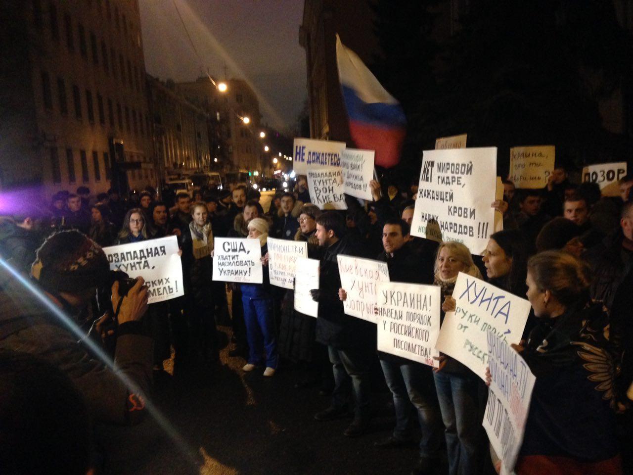 Сотни протестующих собрались у посольства Украины в ответ на субботние события в Киеве