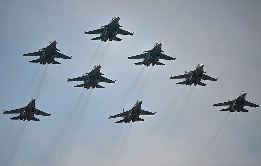 истребители Су-30 СМ и Су-35 С парадного строя авиации Воздушно-космических сил во время тренировки к военному параду