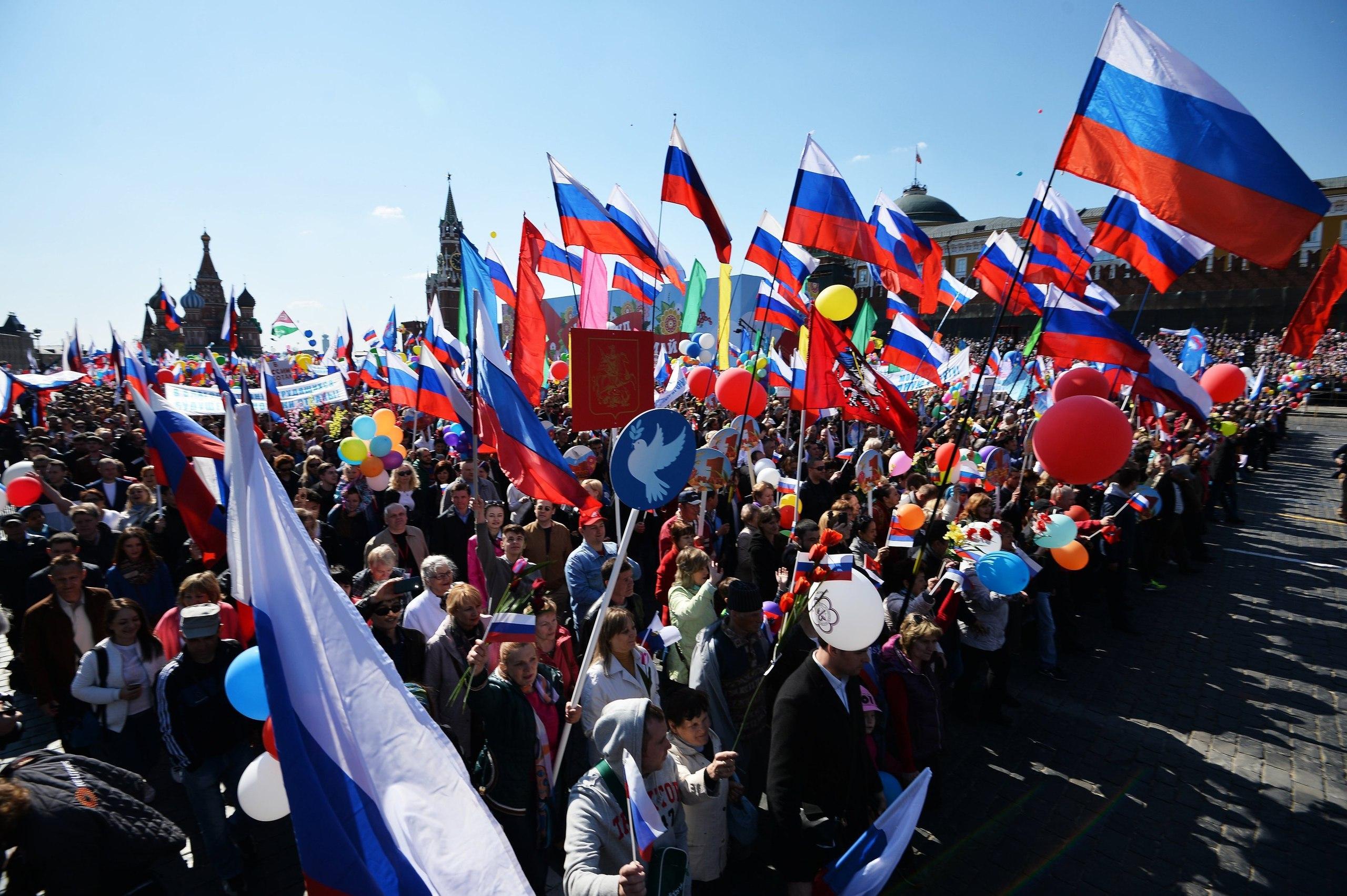 Первомайская демонстрация в Москве состояла из российских флагов, и плакатов с требованиями повысить зарплату